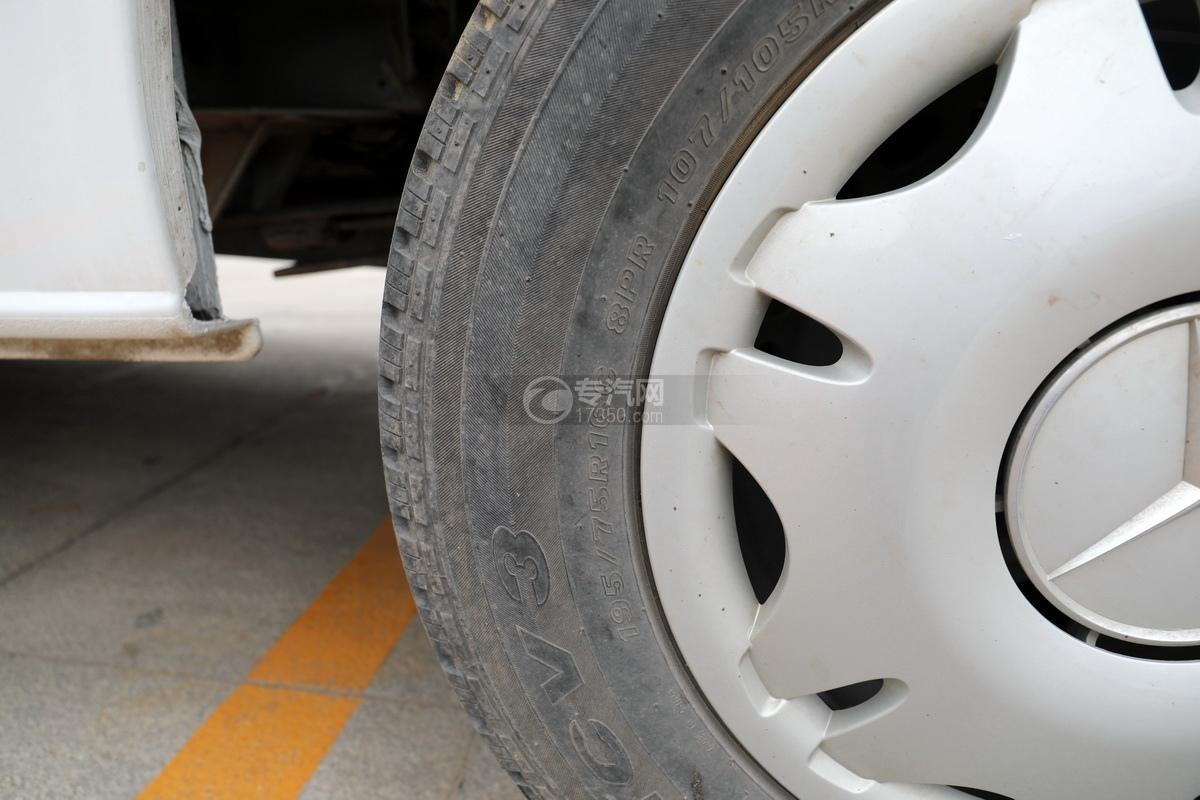 奔驰宾斯特B型房车轮胎细节