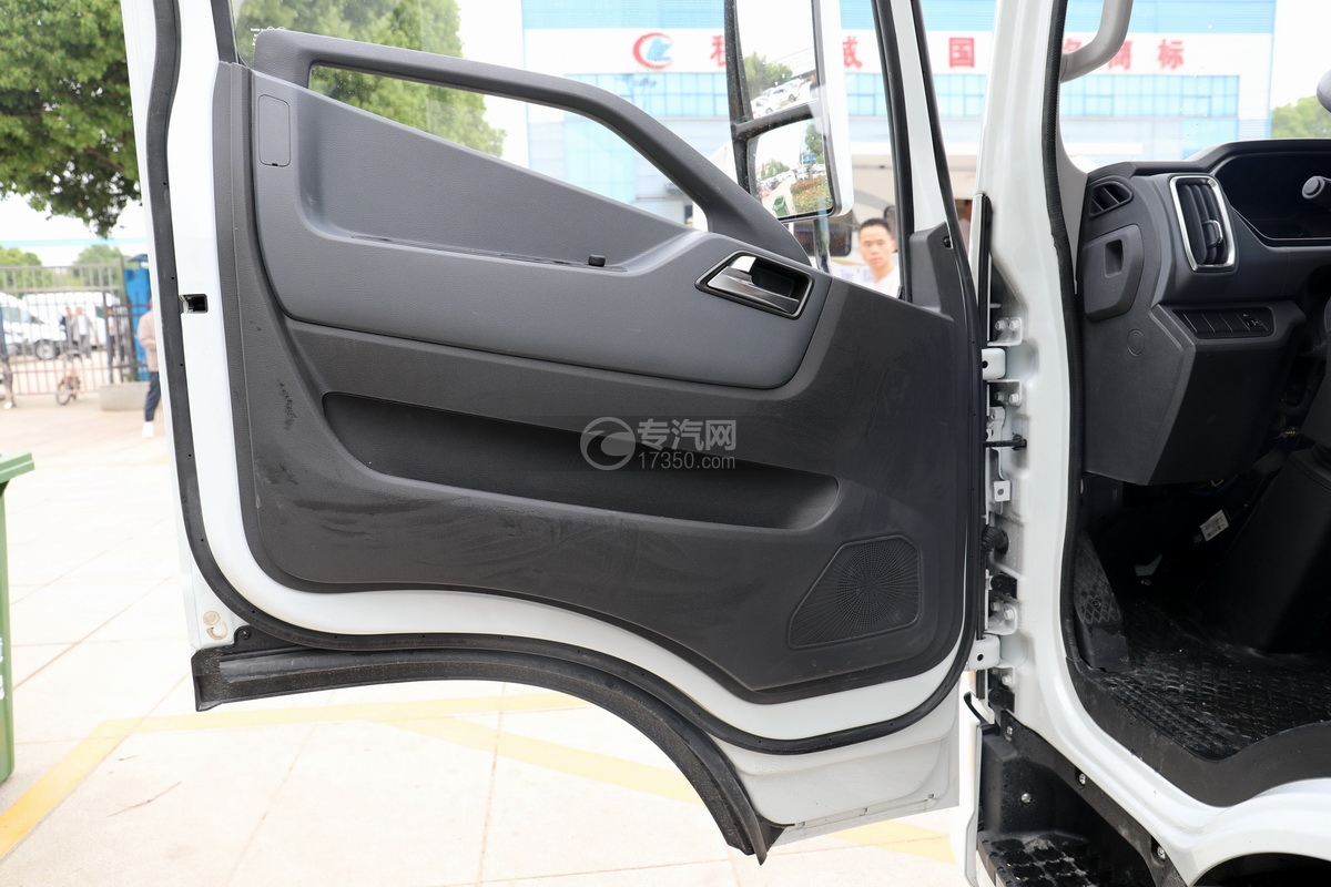 跃进快运H500国六C型房车车门细节