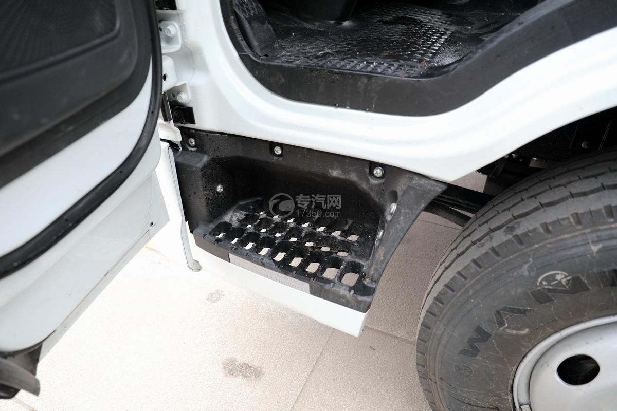 跃进快运H500国六C型房车上车踏板