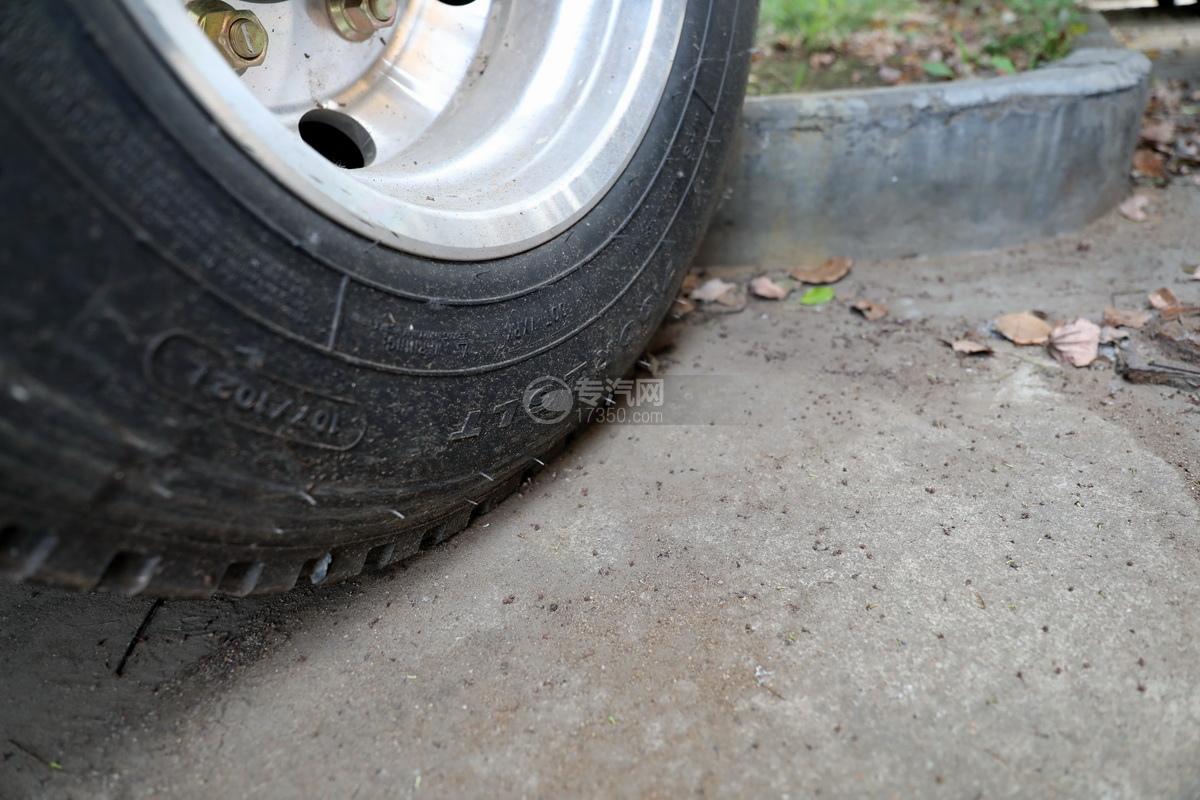 重汽豪曼H3国六一拖二蓝牌清障车(白色)轮胎细节