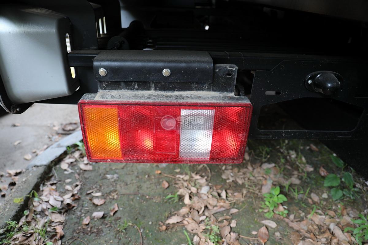 重汽豪曼H3国六一拖二蓝牌清障车(白色)尾灯
