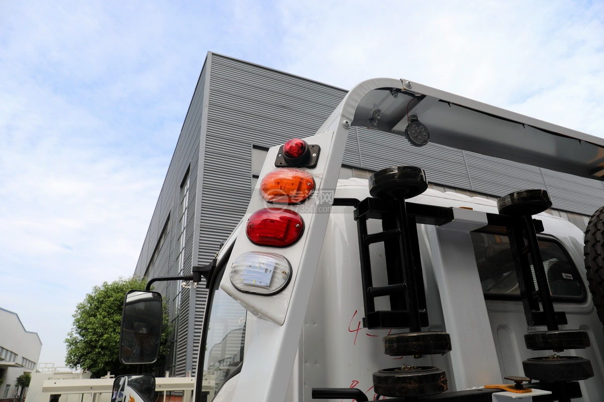 重汽豪曼H3国六一拖二蓝牌清障车(白色)警示灯