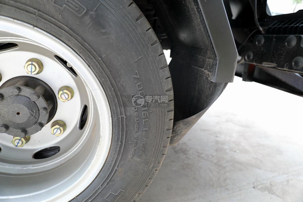 東風多利卡D6國六4.1方吸污車輪胎細節