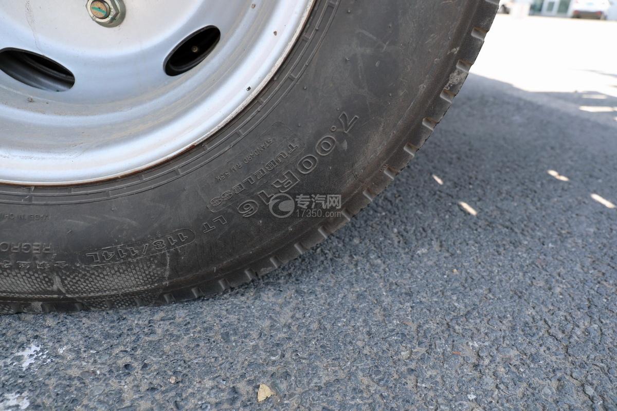 大运新奥普力国六一拖二蓝牌清障车(粉红色)轮胎细节