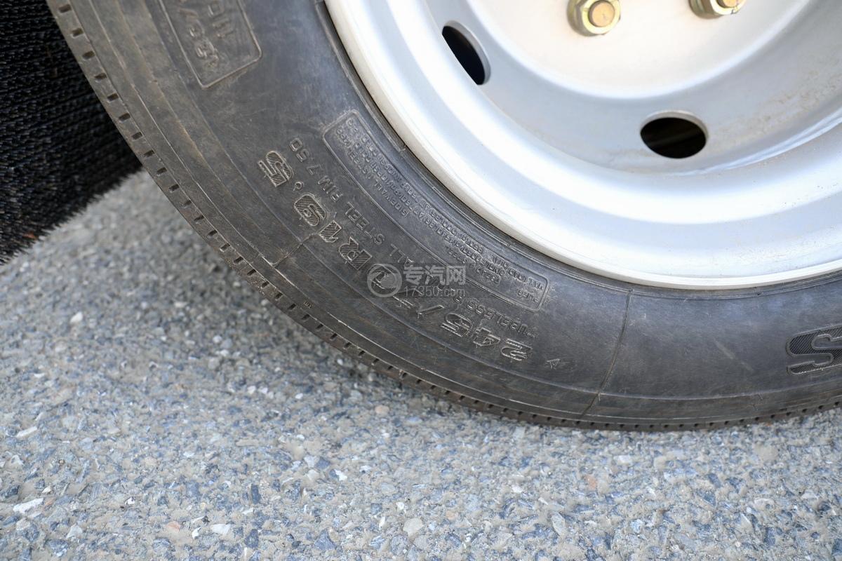 东风福瑞卡F7国六6.08方加油车轮胎细节