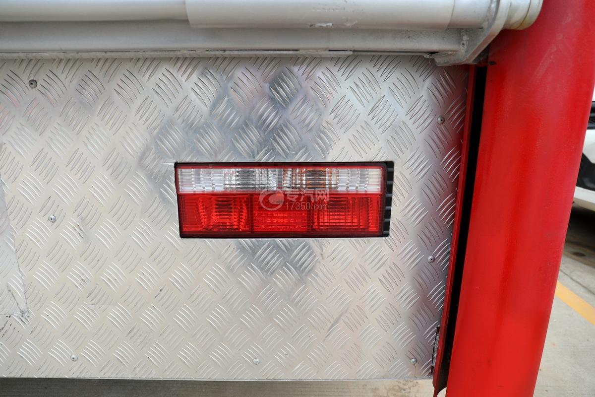 东风多利卡D9国六厢式畜禽运输车(红色)尾灯
