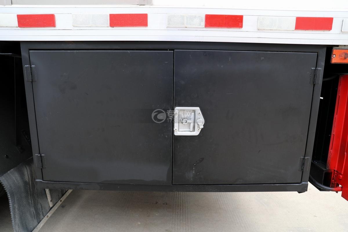 东风多利卡D9国六厢式畜禽运输车(红色)工具箱