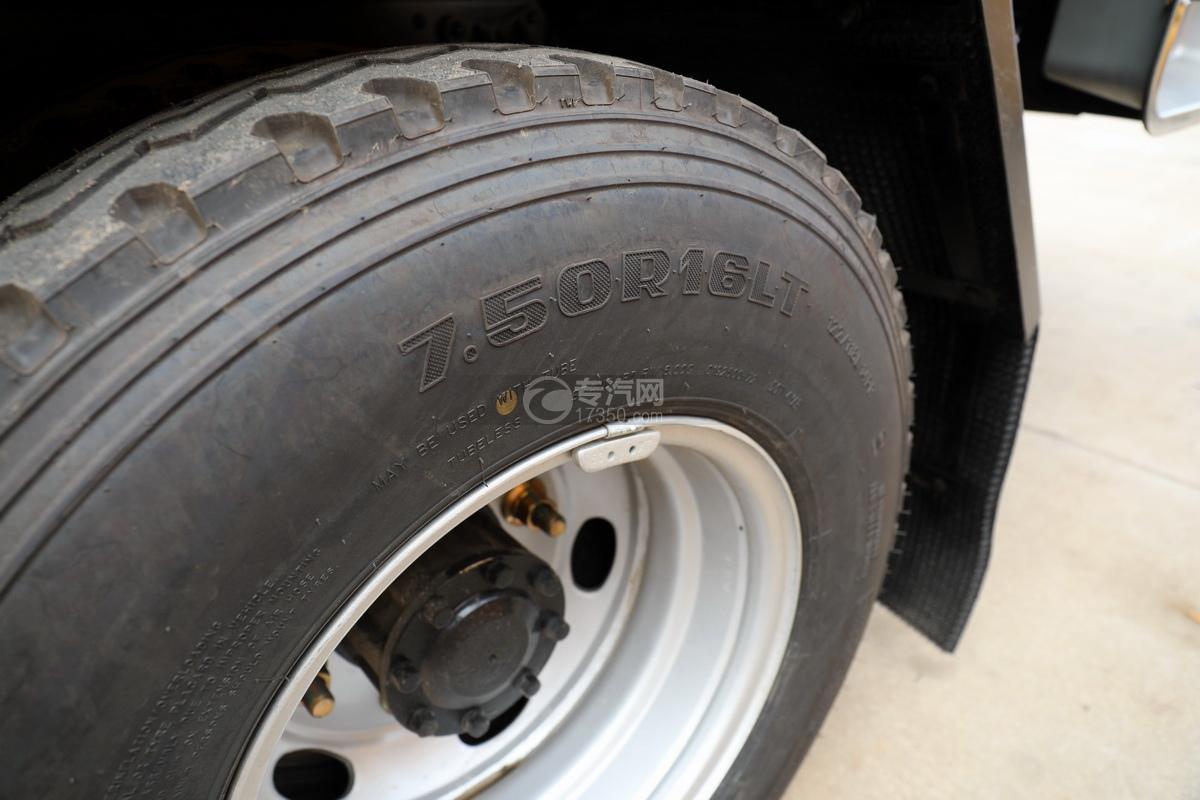 重汽豪沃王系国六一拖二黄牌清障车轮胎细节