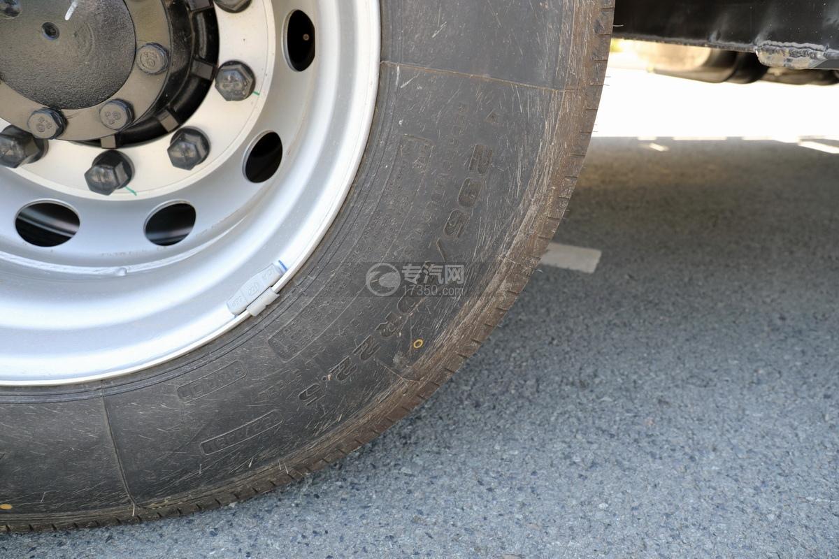 东风天龙KL前四后八国六25.3方铝合金运油车轮胎细节