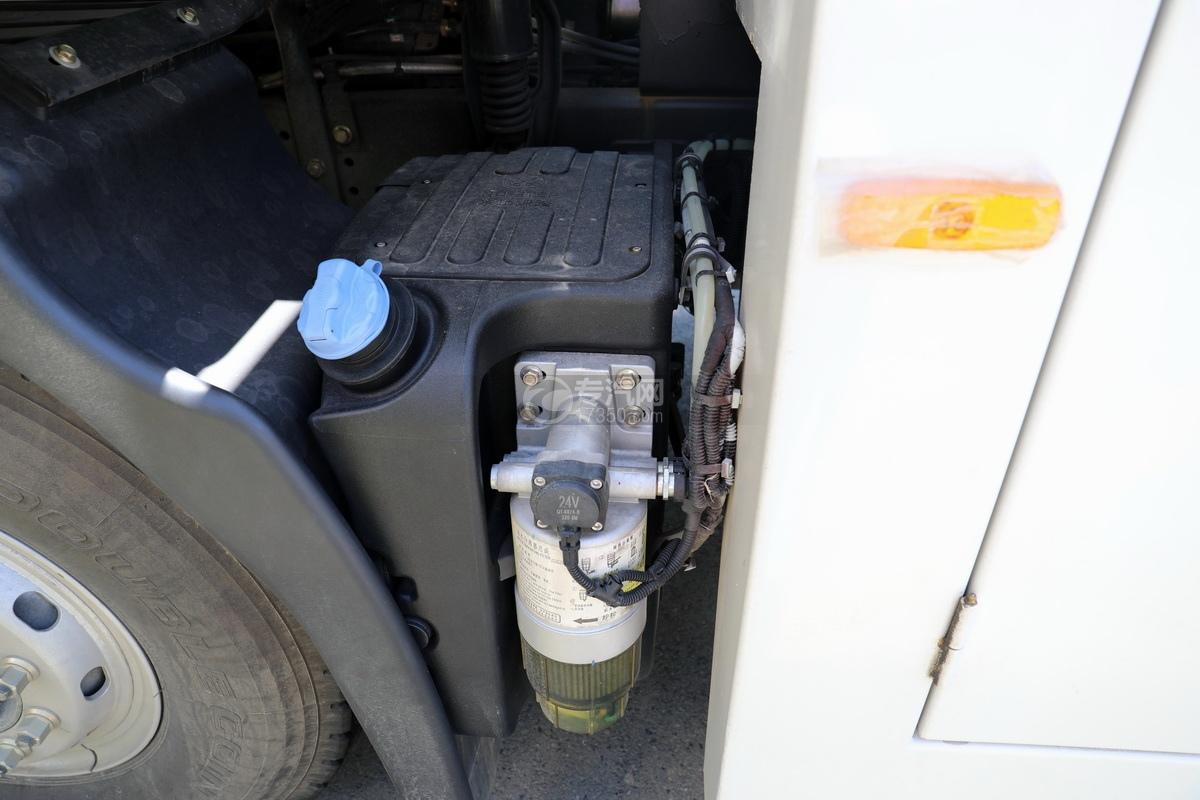 上汽红岩杰狮C6单桥国六拖吊联体清障车(白色)尿素罐