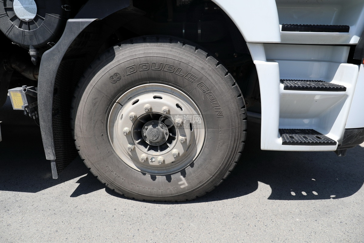 上汽红岩杰狮C6单桥国六拖吊联体清障车(白色)轮胎