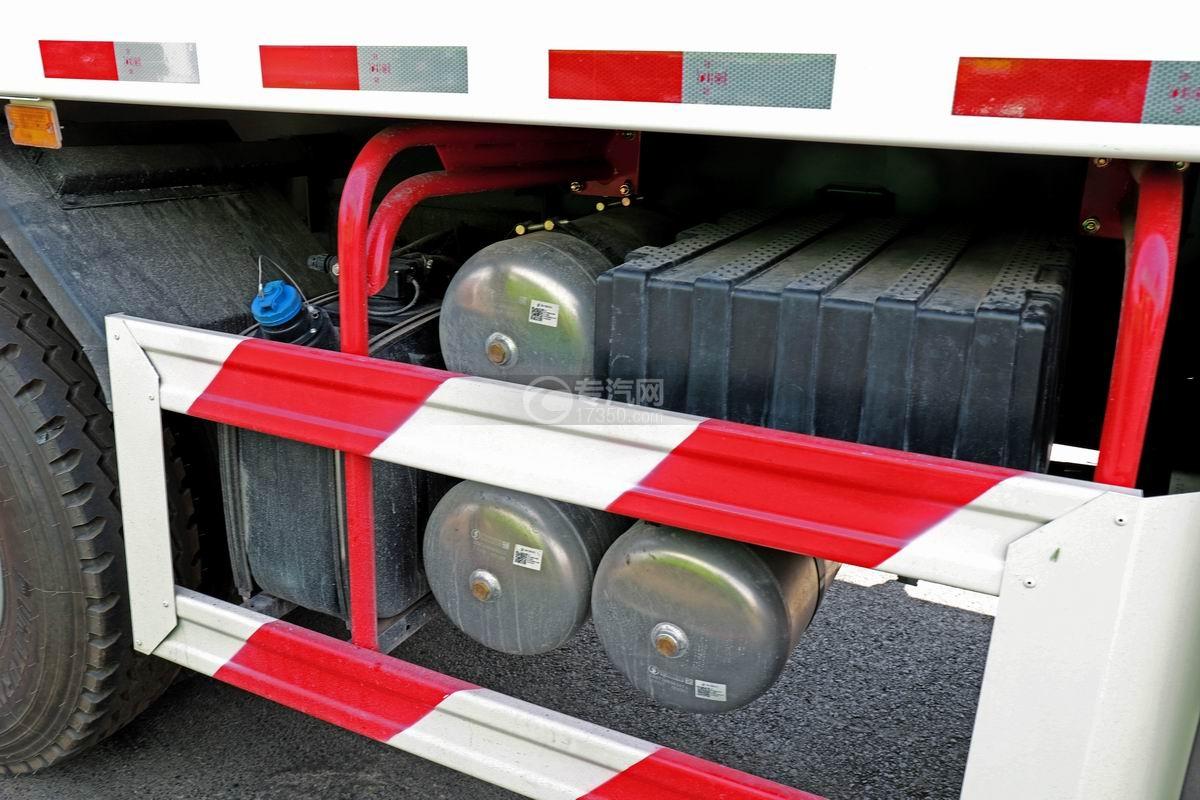 陕汽轩德翼3后双桥国六自卸车蓄电池和储气罐