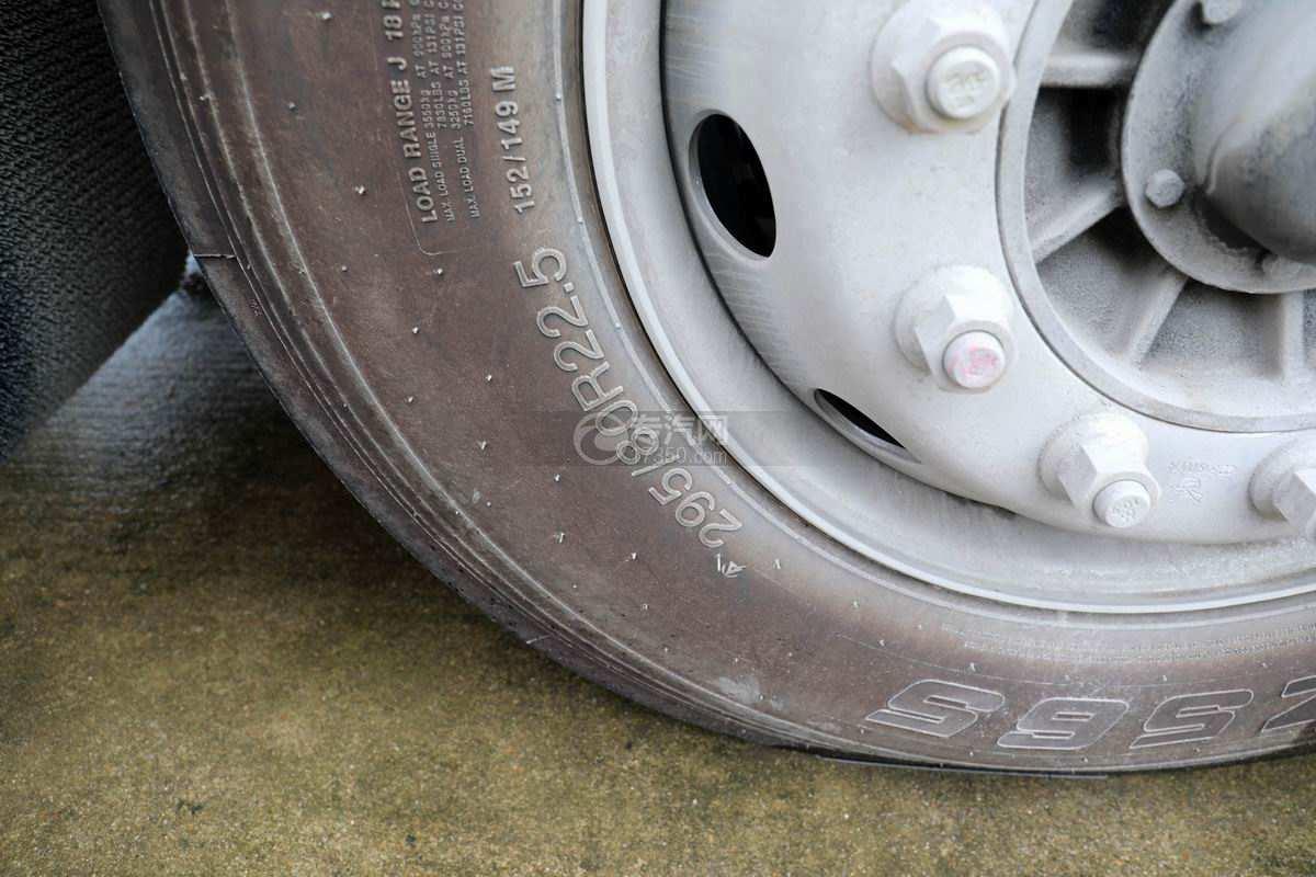 东风柳汽乘龙H5小三轴国六铝合金畜禽运输车轮胎细节