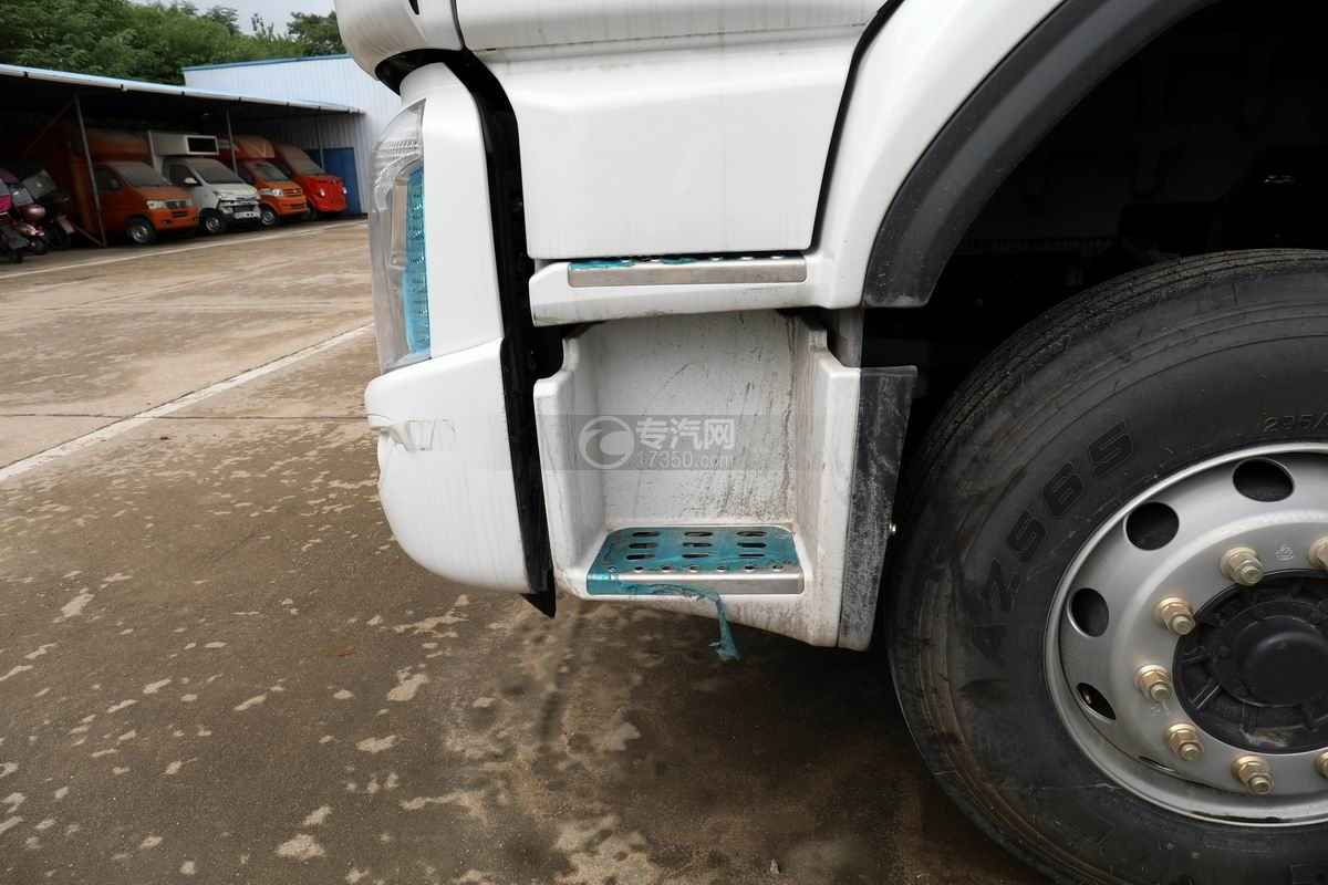 东风柳汽乘龙H5小三轴国六铝合金畜禽运输车上车踏板