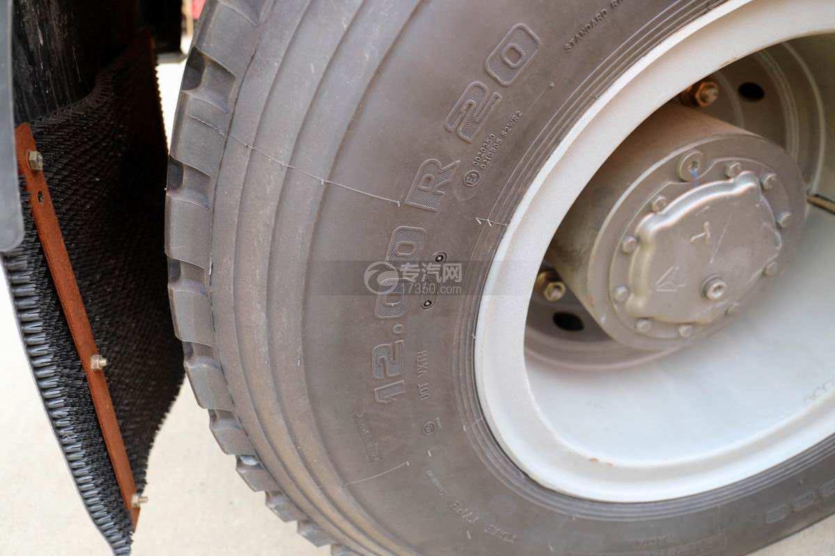 重汽豪沃T7H前四后八国六拖吊联体清障车轮胎细节