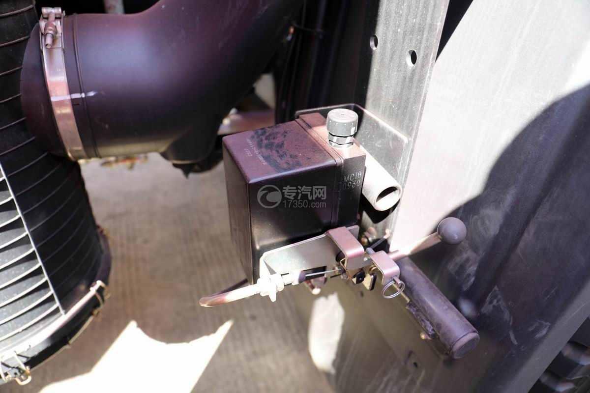 东风华神F5单桥国六8吨直臂随车吊驾驶室翻转装置