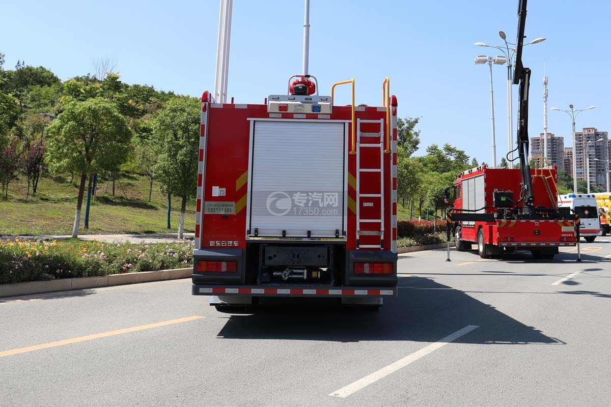 重汽汕德卡双排国六压缩空气泡沫消防车正后方图