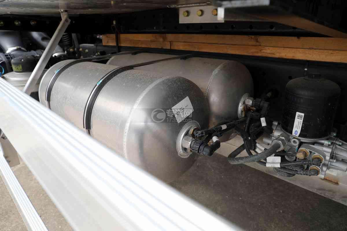 解放J6L单桥国六铝合金畜禽运输车(新款)储气罐