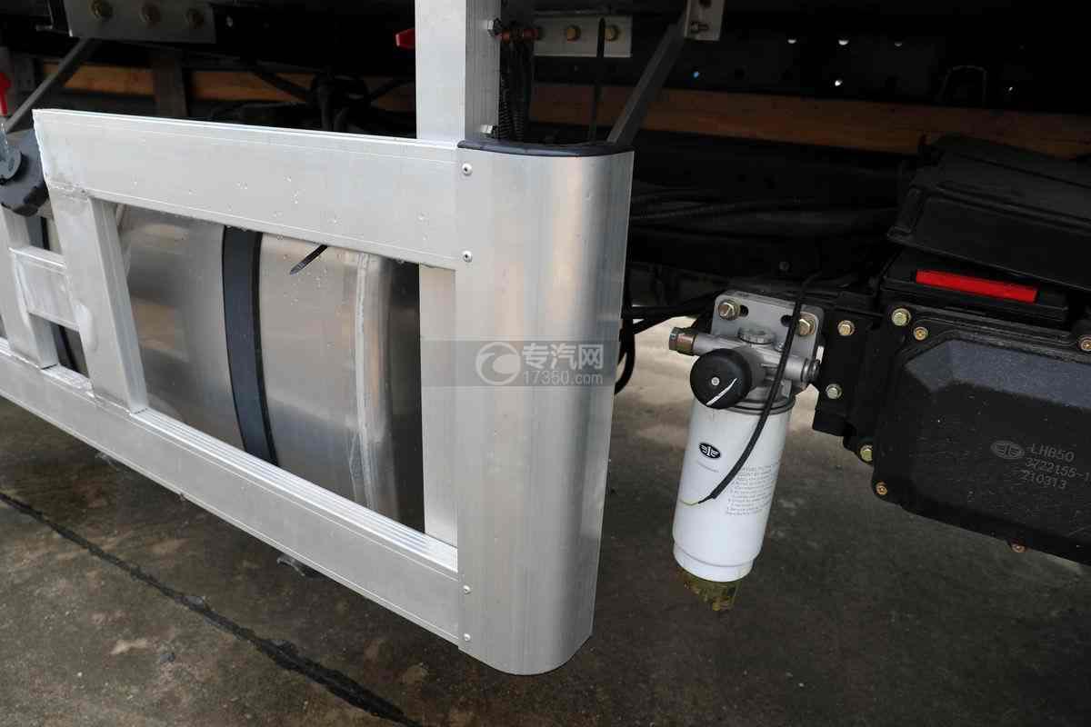 解放J6L单桥国六铝合金畜禽运输车(新款)防护栏