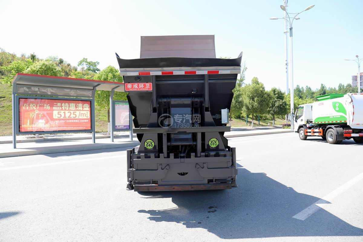 东风途逸国六纯电动无泄漏自装卸式垃圾车正后方图