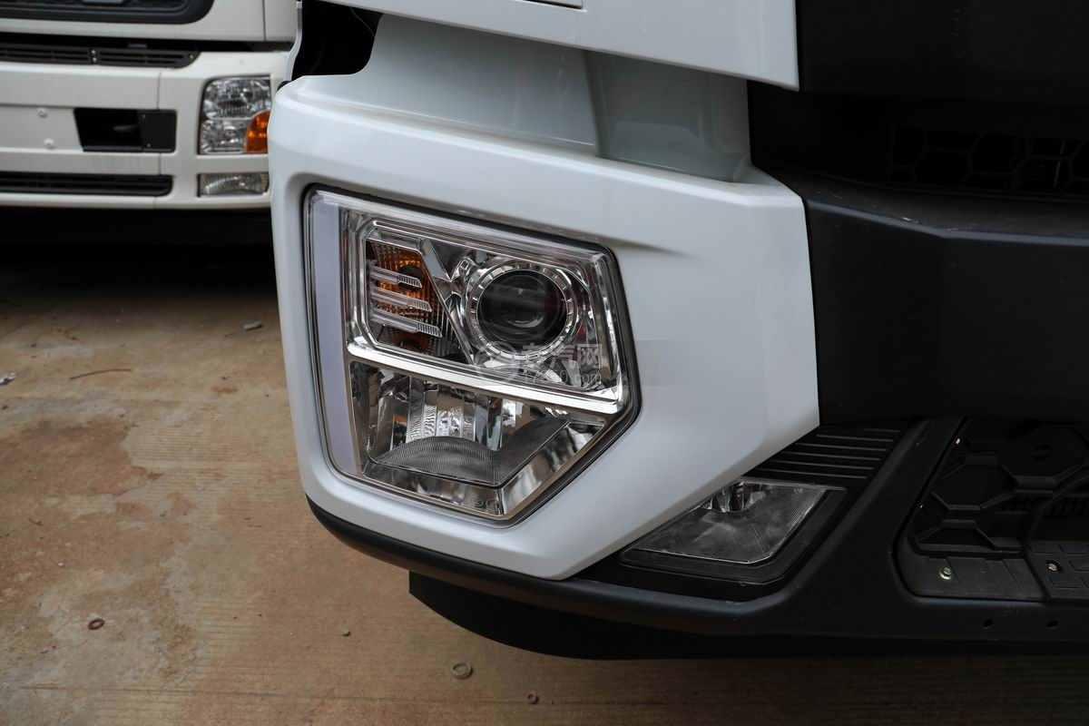 东风华神T5小三轴国六散装饲料运输车外观大灯