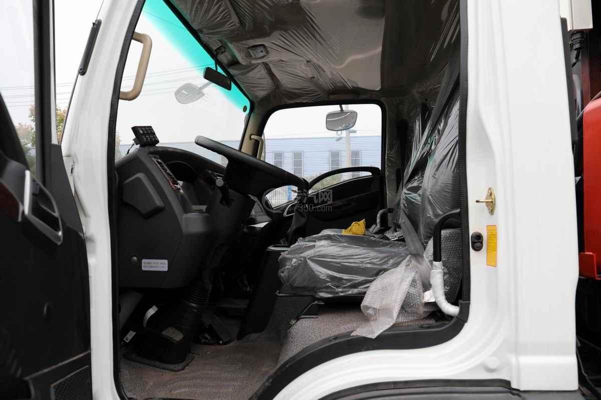 大运奥普力单排国六压缩式垃圾车驾驶室内部图