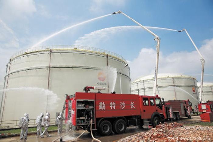 """3万吨柴油储罐""""起火"""" 80辆消防车火速救援"""