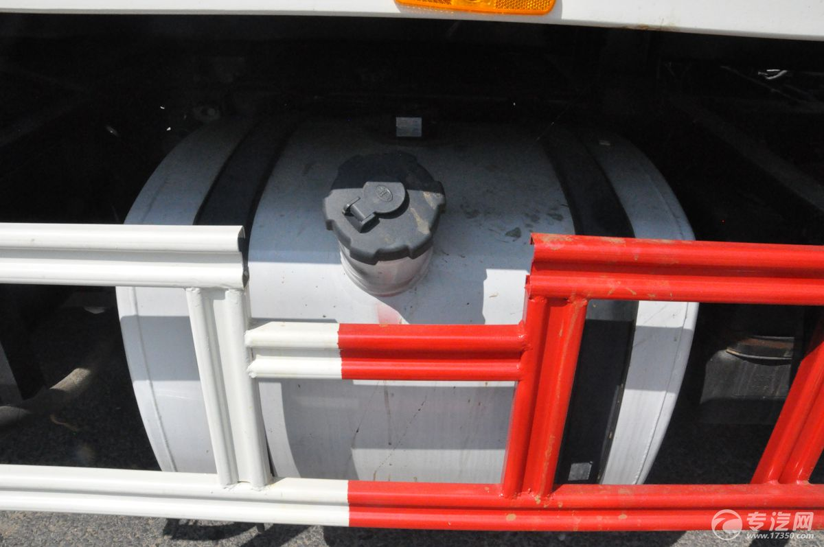 解放J6一拖二清障车油箱