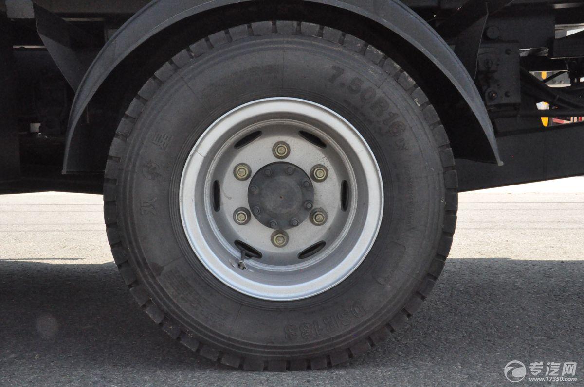 重汽豪沃一拖二清障车轮胎