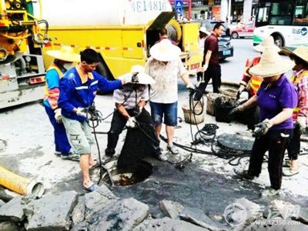 祖庙下水道被莫名堵塞 吸污车前来施救