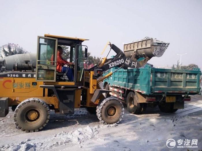 石灰浆遗撒4公里 环卫处调派洒水车等清理
