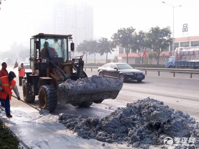 环卫处调派的推土车正在清理石灰浆