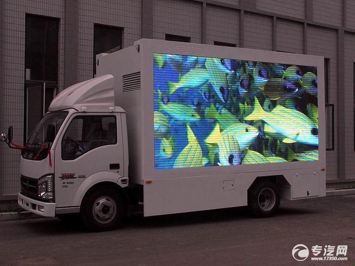 男子花重金打造LED广告车求婚现场