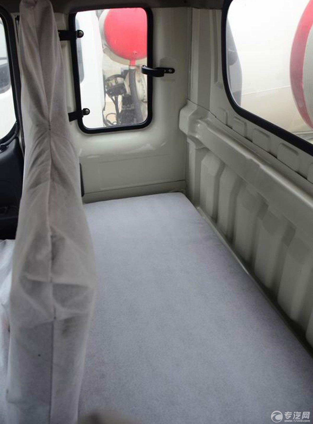 福田时代混凝土搅拌车驾驶室后排空间